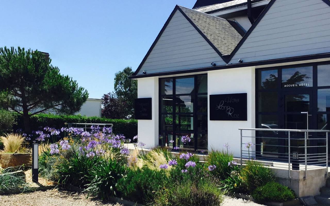 Exterior view of the hotel located by the sea in Brittany, hotel restaurant Carnac Morbihan, Lann Roz 3 stars