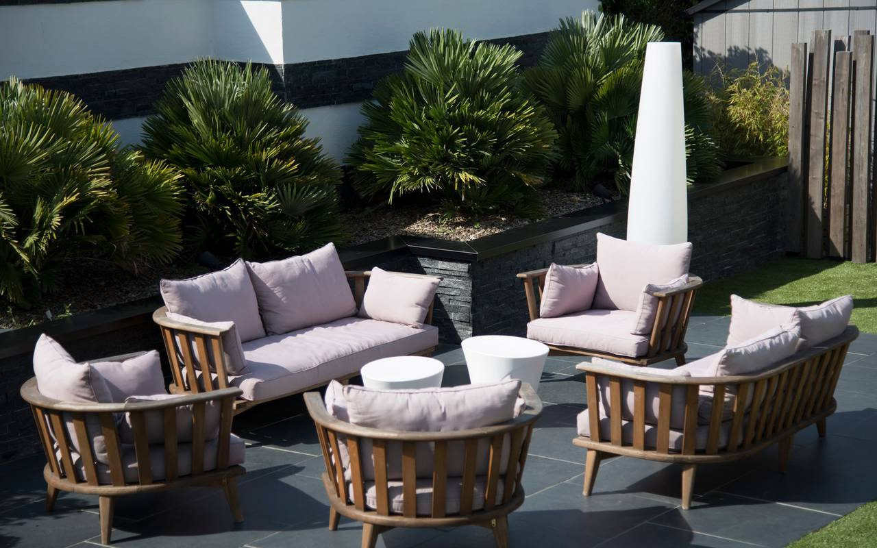 Visual of the outdoor terrace of the charming hotel Lann Roz located in Carnac in Brittany, hotel restaurant Carnac Morbihan