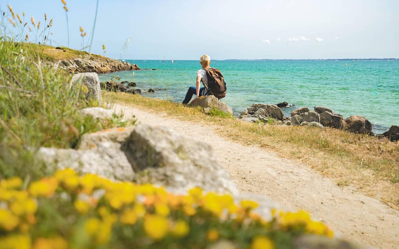 View of a walking path bordered by the sea, hotel restaurant carnac morbihan, Hotel Lann Roz
