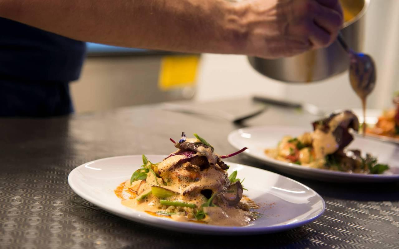 Visual of a cook preparing a dish at the gastronomic restaurant Coté Cuisine, hotel restaurant Carnac Morbihan
