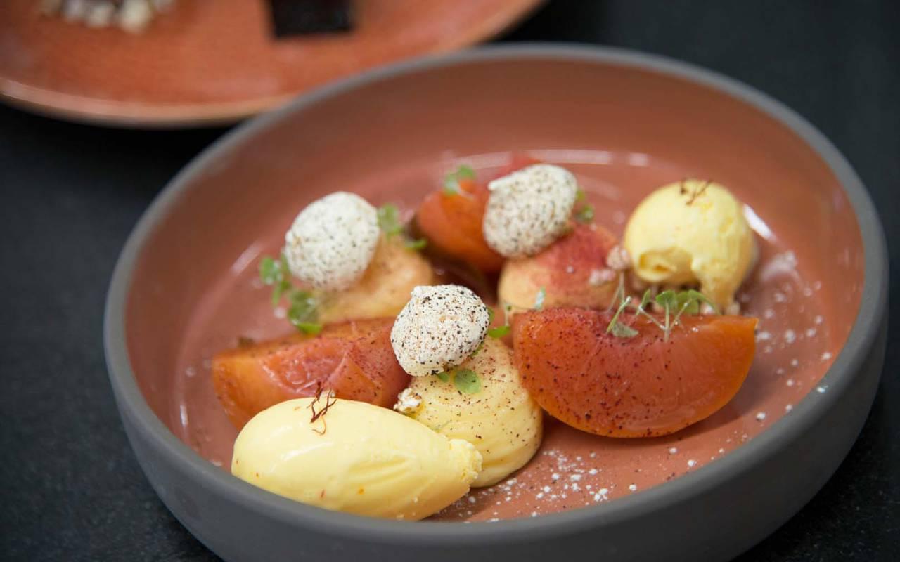 Détail d'un plat gastronomique élaboré dans le restaurant étoilé Coté Cuisine, restaurant gastronomique étoilé Carnac Morbihan