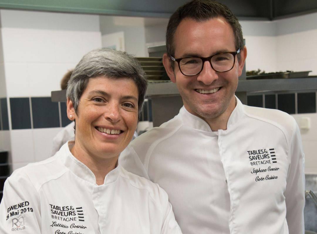 Photo de Laetitia et Stéphane Cosnier dans leur cuisine du restaurant étoilé Coté Cuisine, restaurant gastronomique étoilé Carnac Morbihan