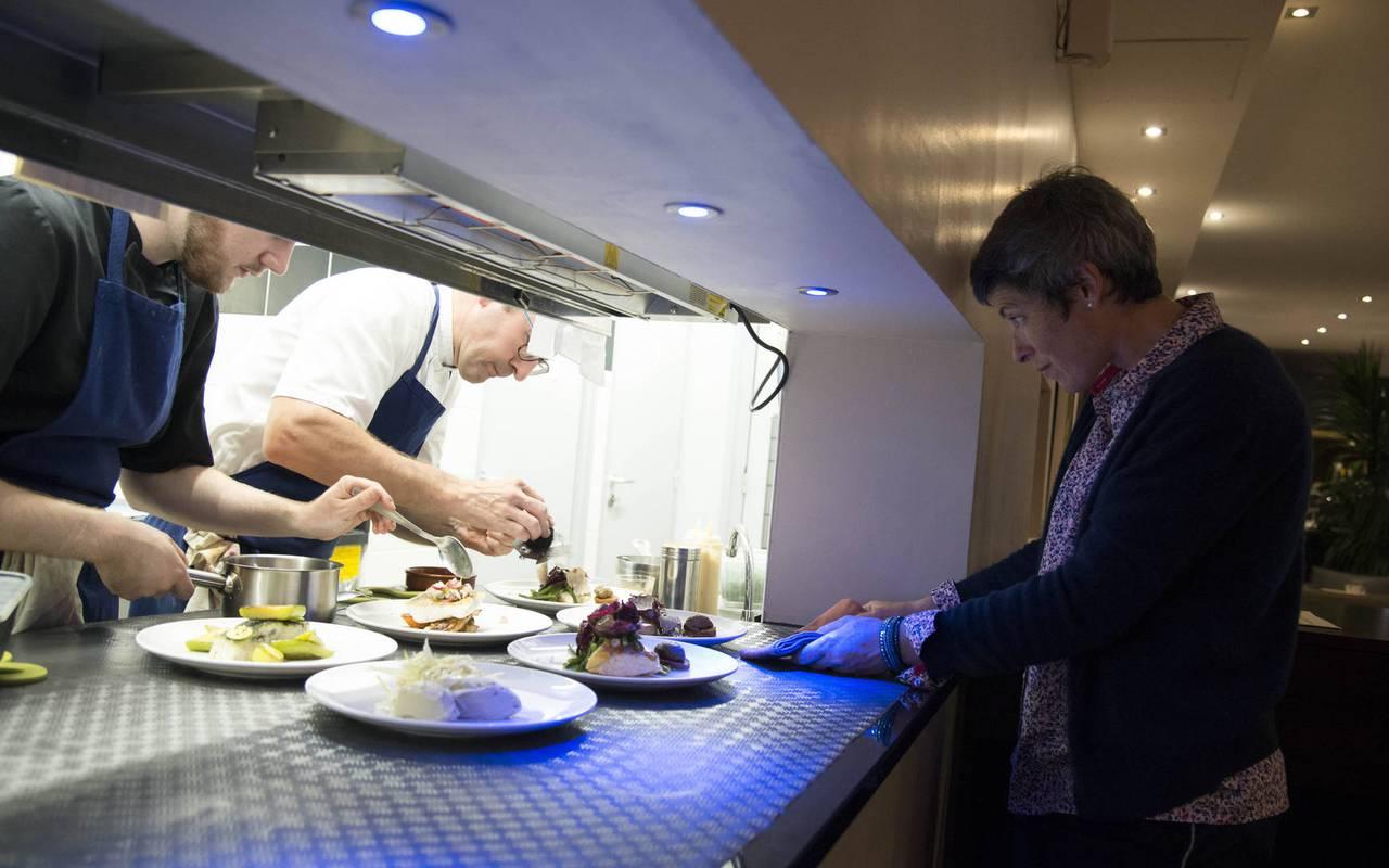 Vue sur le dessage des assiettes par les chefs cuisiniers du restaurant étoilé Coté Cuisine, restaurant gastronomique etoilé carnac morbihan